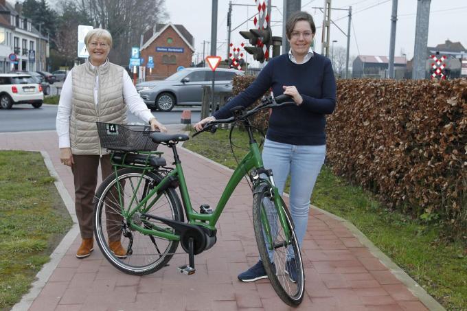 Schepenen Christine Logghe en Lynn Vermote bij zo'n groene deelfiets.©GINO COGHE Foto Coghe