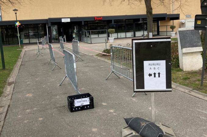 Het testen van leerlingen en personeelsleden van de school gebeurde in de sporthal.