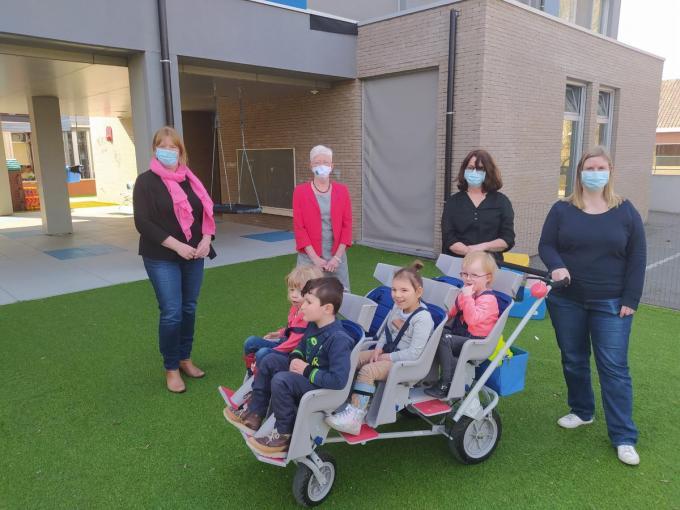Els Vandoolaeghe (directeur), Roos Cattebeke (meter van het CERA-project), Anita en Eline (opvoedsters) en 4 gelukkige kinderen.© GF