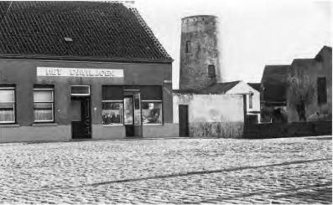 Naast de huidige ingang van het restaurant is de ingang van de werkwinkel te zien. (GF)©Heemkring 't Schorre Steene