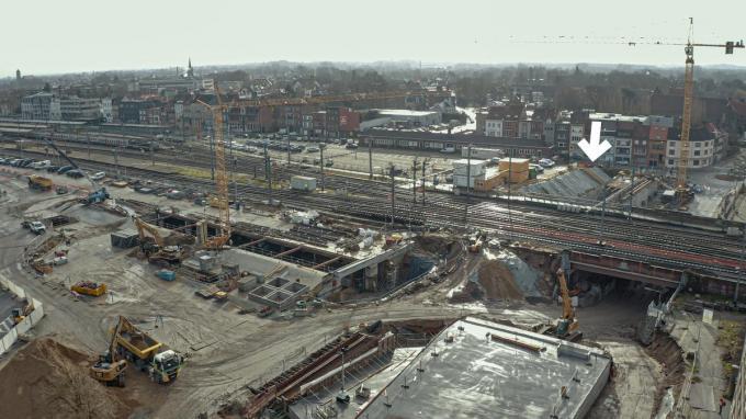 De pijl geeft aan waar de tunnel precies onder het spoor geschoven zal worden.© Stad Kortrijk