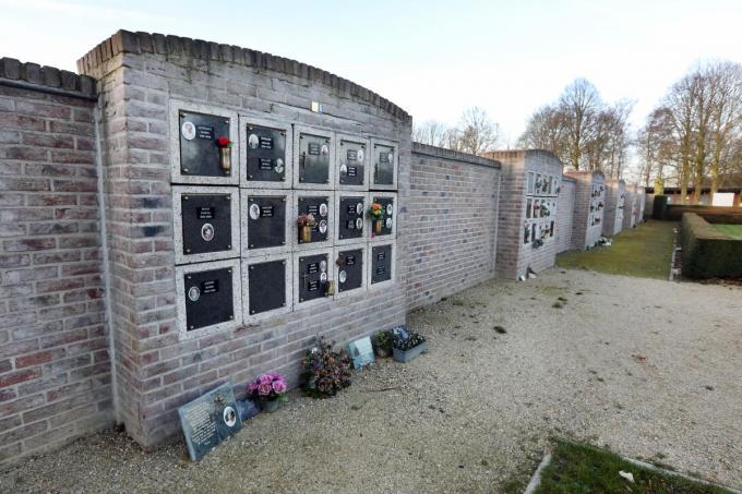 De columbariummuur op de begraafplaats De Warande is aan renovatie toe. Het project wordt in twee fasen uitgevoerd.©Johan Sabbe
