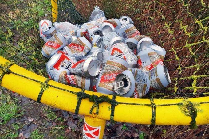 Blikjes en plastic flessen maken in grote mate deel uit van het sluikstorten en het verspreiden van zwerfvuil.©Johan Sabbe