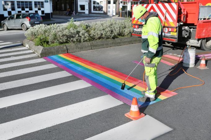 Torhout schilderde een tijdje geleden een regenboogzebrapad nabij het station om aan te geven dat iedereen zonder onderscheid welkom is in de stad.©Johan Sabbe