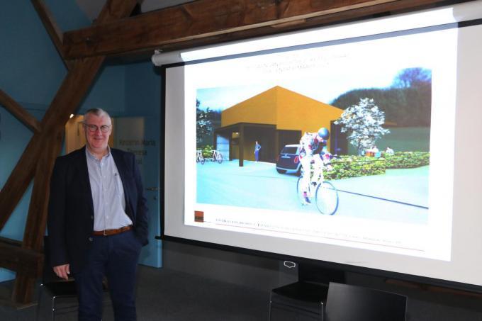 Burgemeester Sandy Evrard stelt het buurthuis voor.©Eric Flamand
