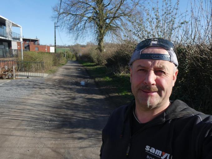 Schepen Dirk Baekelandt (Gemeentebelangen) in de Hellegatstraat.©Eric Flamand