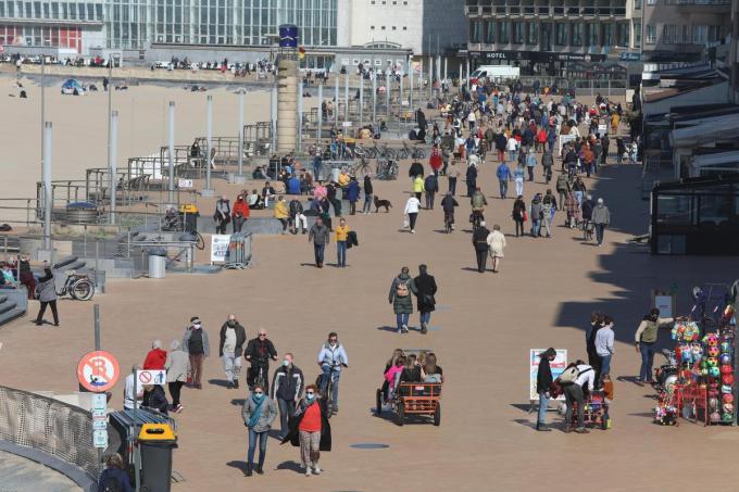 Er is weer veel volk onderweg naar zee, maar de NMBS roept nu op om geen trein naar de kust meer te nemen.©Peter MAENHOUDT