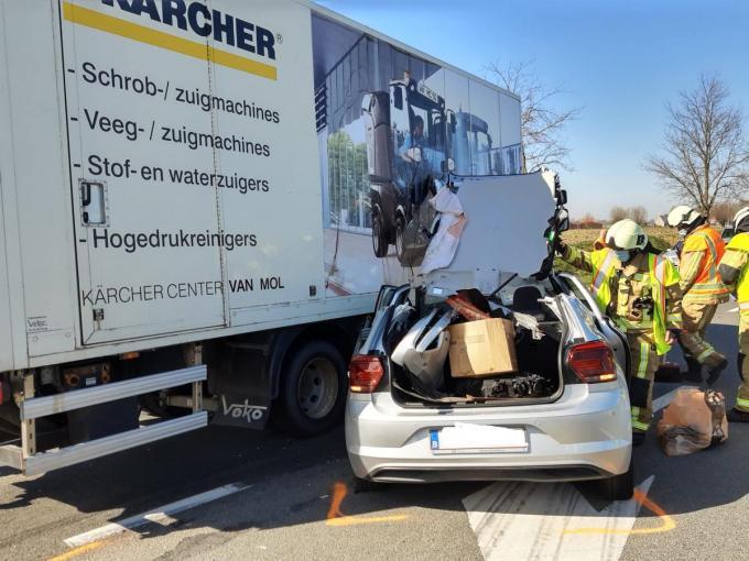Het koppel gaf geen voorrang waarna hun Volkswagen Polo op de vrachtwagen reed.© BF