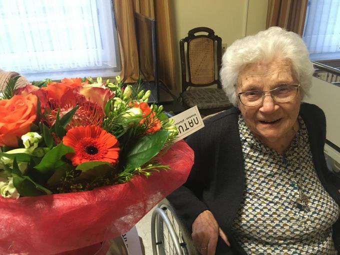 Aline Vandewalle kreeg op 6 december 2020 bloemen voor haar 109de verjaardag.© Willy Verstraete