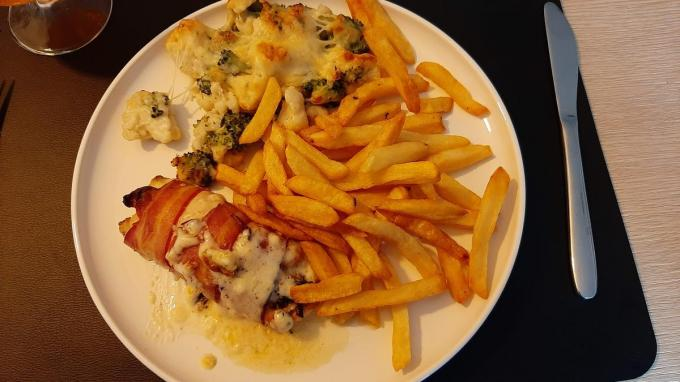De gevulde kip met Boursin en spek was om duimen en vingers van af te likken.© PVH