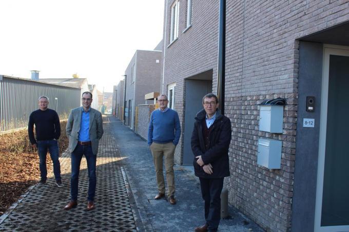 Schepen Philip Himpe, schepen Pietro Iacopucci, directeur Helpt Elkander Christ Bossuyt en schepen Rik Soens aan de voorzijde van de sociale woningen.© DJW