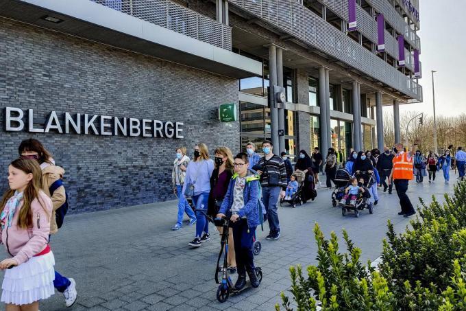 In Blankenberge was het dinsdagmiddag bijzonder druk: het mooie weer in combinatie met de gratis treintickets en de vroegere paasvakantie lokte heel wat volk naar de kust.©MAAIKE TIJSSENS BELGA