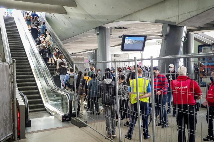 In het station Gent-Sint-Pieters was het dinsdag aanschuiven geblazen om een plekje op de trein richting kust te bemachtigen.©NICHOLAS DE COCKER BELGA