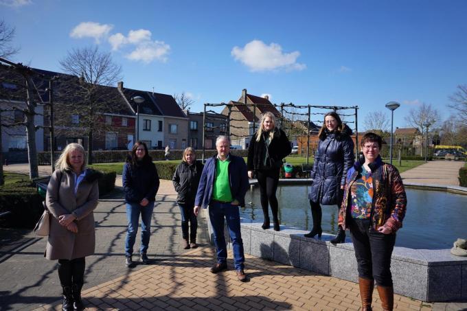 Iris, Twinky, Veronique, Tine en Griet van de werkgroep Zwerfkatjes Gistel samen met schepen van Dierenwelzijn Wim Aernoudt en milieuambtenaar Heidi Christiaen.© TVA