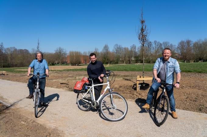 Schepenen Wout Maddens, Bert Herrewyn en Axel Weydts bij de nieuwe groene corridor aan het park OC Marke.©Kurt De Schuytener KDS