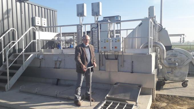 Burgemeester Dirk Sioen stelt de installatie in werking.© ZB