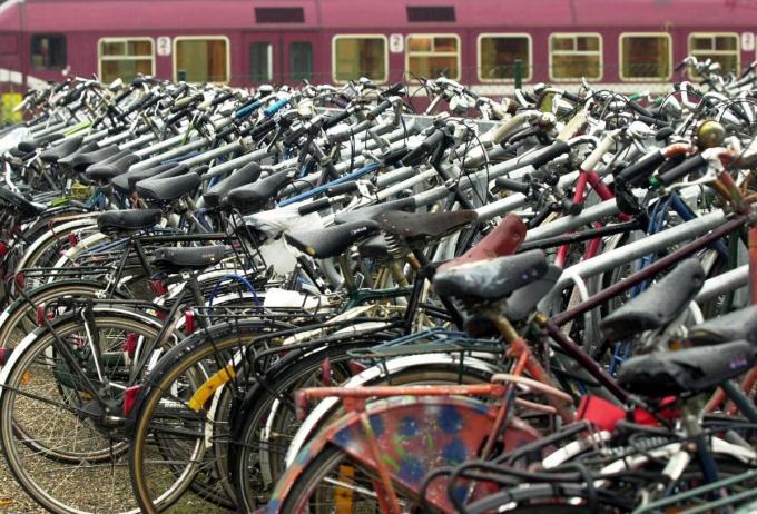 Zowel aan het station van Veurne als aan dat van Diksmuide ging de verdachte aan de haal met fietsen.© BELGA