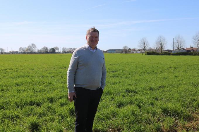 Burgemeester Joris Hindryckx bij het stuk grond in de Stationsstraat waar het nieuwe woonproject zal komen.© ACK