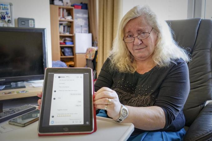 Anny Verscheure toont de talrijke berichten die ze kreeg.© CL