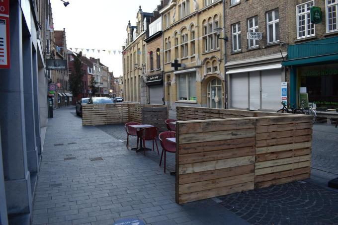De afbakening met paletten zoals hier in de Diksmuidestraat vorig jaar is niet meer toegelaten. (Foto TOGH)