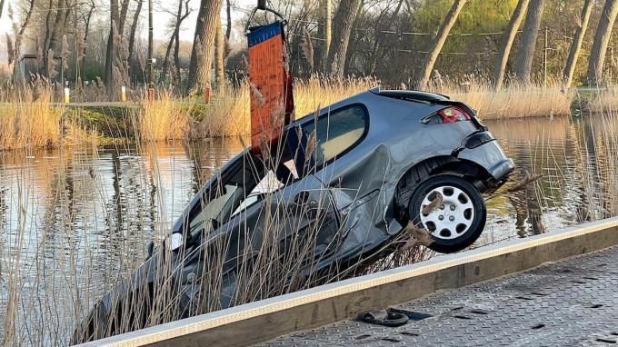 De wagen werd door de brandweer uit het water getakeld.© JVM