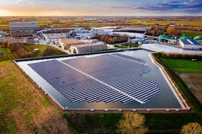 Vanuit de lucht ziet het drijvend zonnepanelenpark van Ardo er ronduit indrukwekkend uit.©Kurt Desplenter Kurt Desplenter