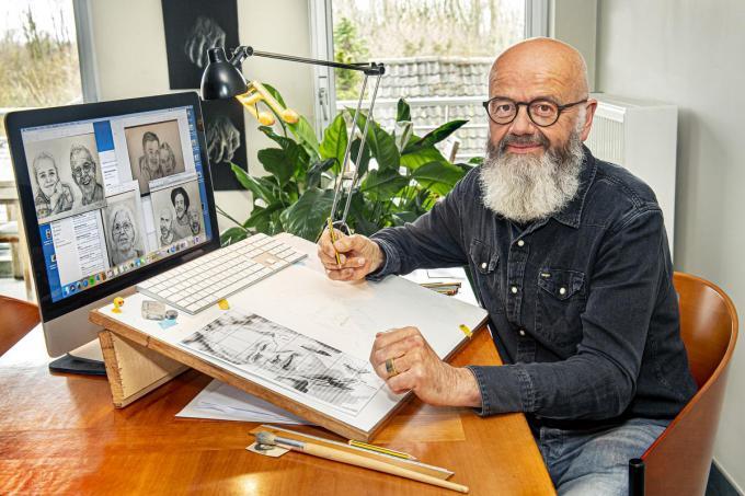 """Hein Denturck aan zijn tekentafel: """"Het liefst teken ik karakterkoppen.""""©JOKE COUVREUR"""