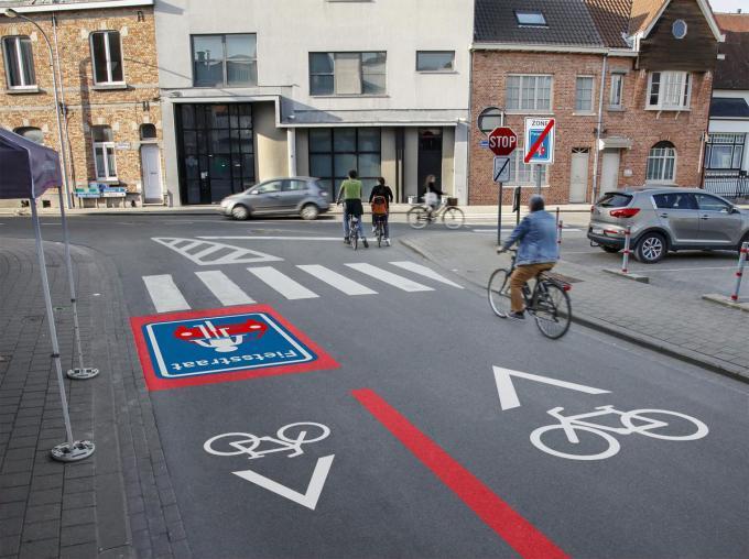Vanaf de Speldenstraat gaan de fietsers de Duivenstraat mogen inrijden. Nu mag dat niet. Het verkeer in de richting Speldenstraat zal niet meer kunnen aanschuiven op twee vakken. Er komt op het einde een smalle vluchtheuvel om links of rechts af te slaan.© gf