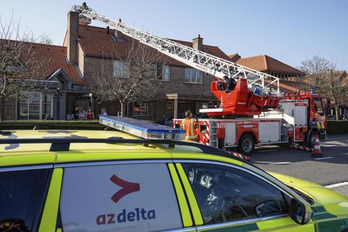 Voorzien van klimtuig en katrollen probeerde de brandweer tot bij de kamer van de jongeman te geraken.© CL