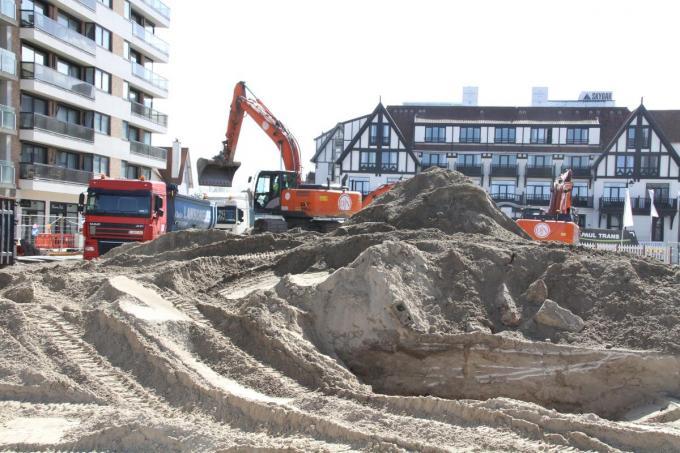 Drie grijpkranen graven op het Albertplein een grote bouwput.© DM