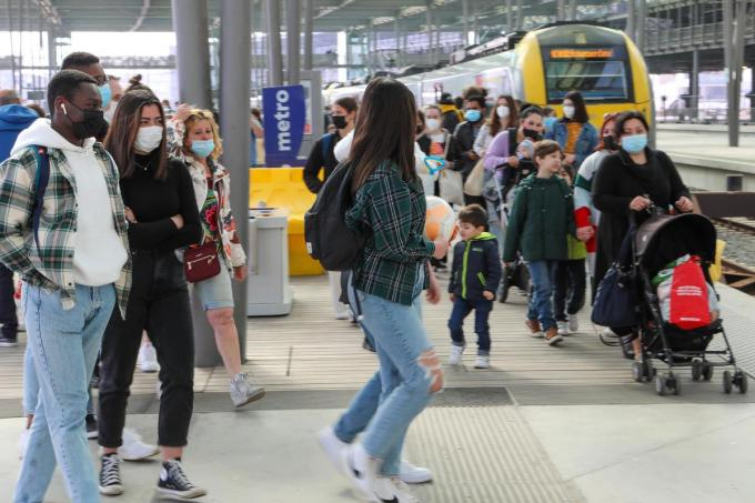 Het zag er woensdag ook nog druk uit in het station van Oostende, maar er reizen heel wat minder mensen per trein naar zee dan gisteren.©Peter MAENHOUDT