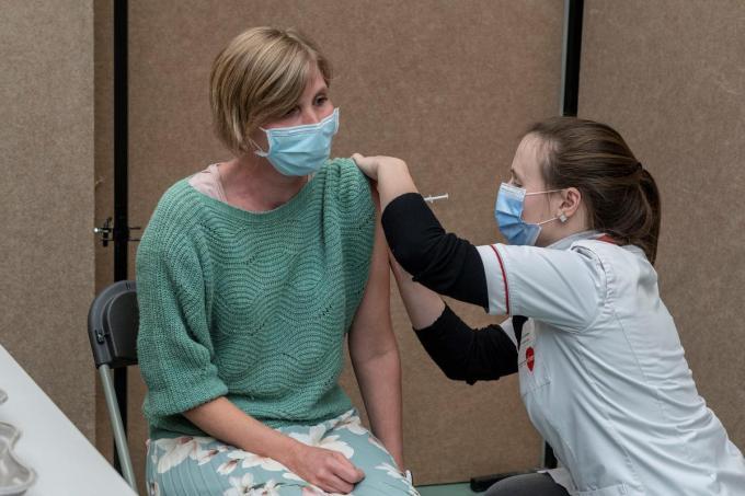 Alle medewerkers welzijn van Sint-Idesbald kregen dinsdag hun tweede vaccin.© SB