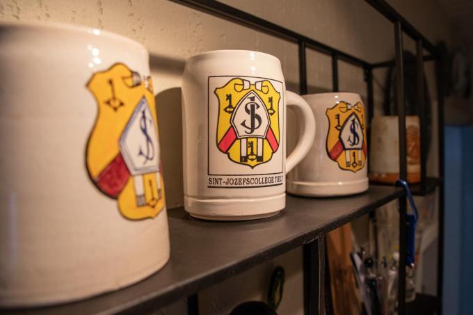 Martin heeft ook een paar bierkruiken van het Sint-Jozefscollege in zijn bezit.© WME