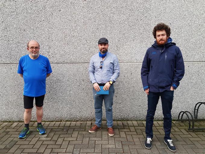 Schepen van Financiën Johan Delrue (SAMENéén) en initiatiefnemers Burgerplatform Volkert Lapere en Jean-Luc Demurie. (foto GV)