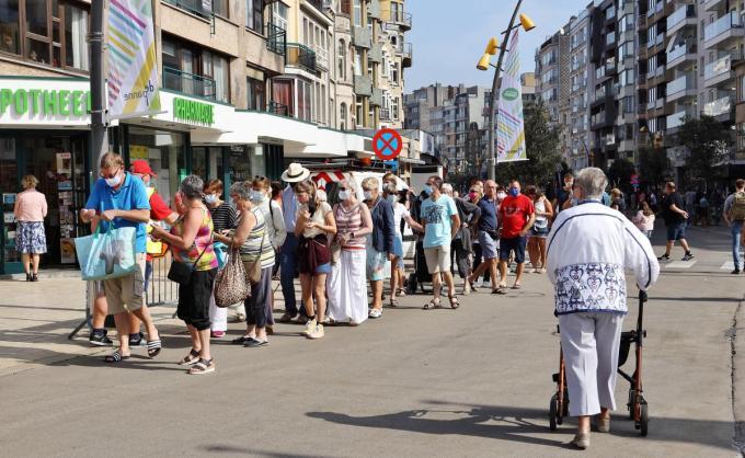Eenrichtingsverkeer en mondmaskerplicht zijn van kracht in drukke straten zoals de Zeelaan.©Myriam Van den Putte MVO