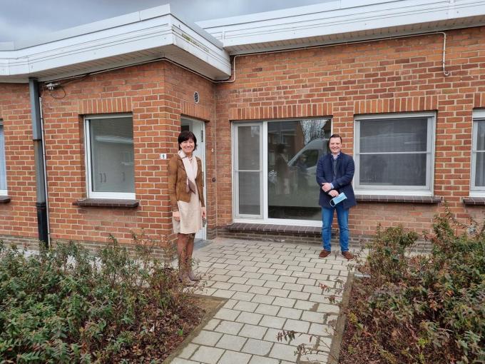 Schepen Regine Rooryck en schepen Louis Vanderbeken bij de gerenoveerde bejaardenwoning in de Burgemeester Hector Isebaertstraat.© DRD