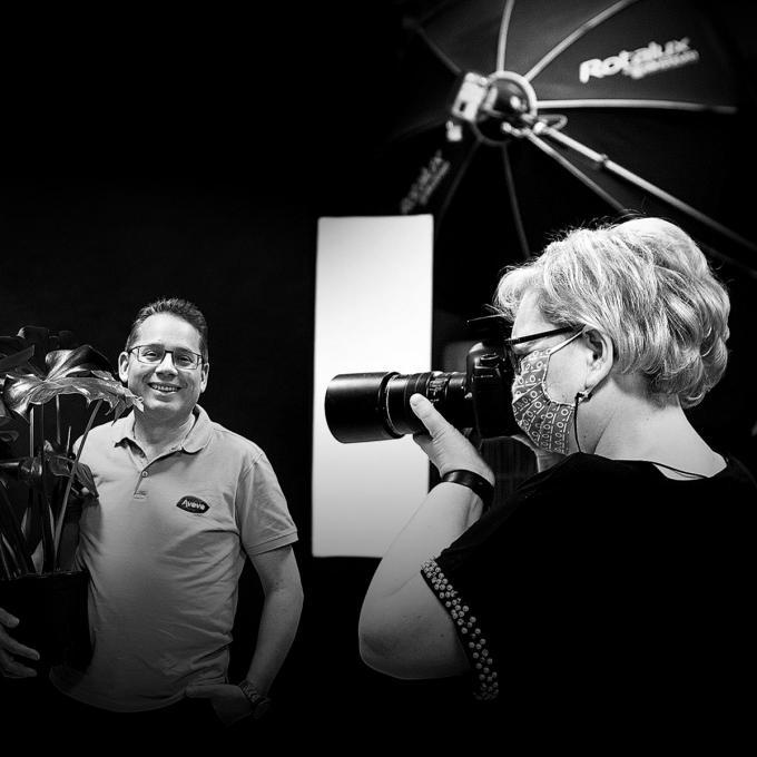 Kristof Depreitere, voorzitter van de lokale Unizo-afdeling en zaakvoerder van Aveve in Koekelare mocht als eerste poseren voor de lens van Katrien. (gf)