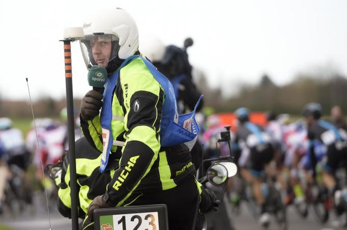 Een vertrouwd beeld. Renaat op de moto tijdens de koers. (foto Belga)© BELGA