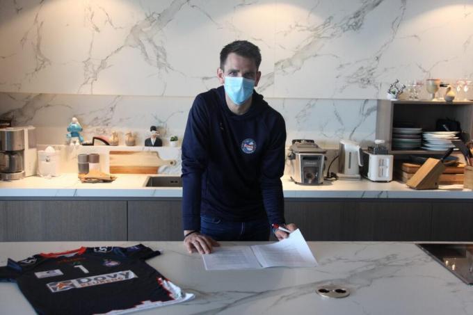 Dennis Deroey ondertekende zijn nieuwe contract.© gf