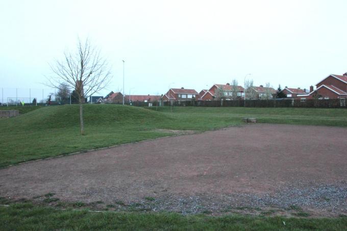 Op de plaats waar nu de heuvelrug langs de Kokerstraat ligt zal de nieuwe sporthal opgetrokken worden.© JG