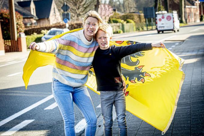 """Lies Meulebrouck met haar zoon: """"Ook al zijn we geen grote koersliefhebbers, op Ronde-zondag moet alles wijken voor de koers.""""©JOKE COUVREUR"""