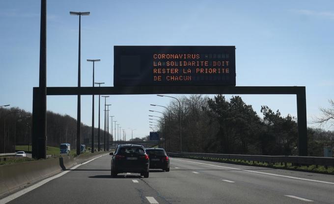 Aan de Belgisch-Franse grens in Hensies worden automobilisten gewaarschuwd.© BELGA/VIRGINIE LEFOUR