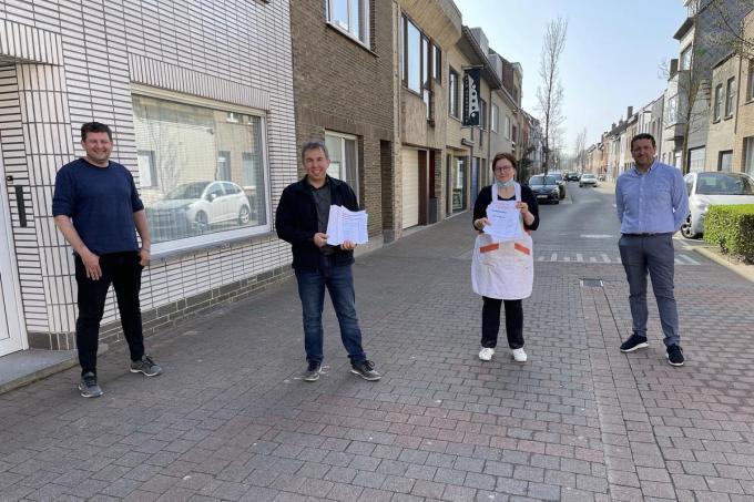 Sabine en Jurgen verzamelden samen al meer dan 700 handtekeningen. ze krijgen de steun van gemeenteraadsleden Karel Labens en John Crombez.© Jeffrey Roos