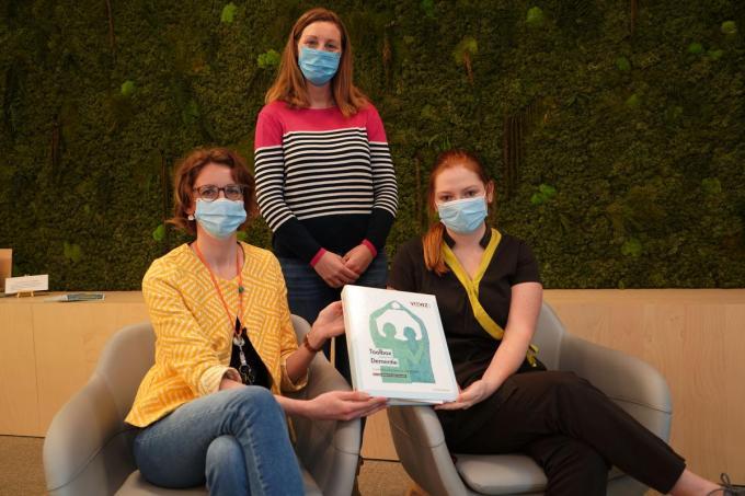 Meredith Delaere en Isabel Vermaete met Mieke Van Acker achter hen. (foto Luc)