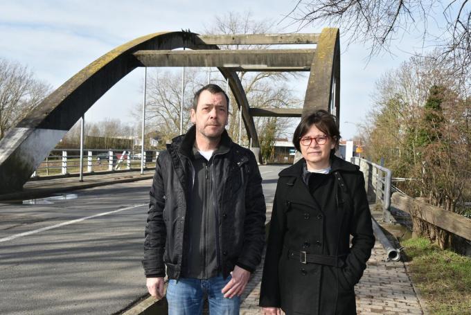Freddy Vandevoorde en Anja Goderis aan de brug tussen Marke en Bissegem.©Els Deleu