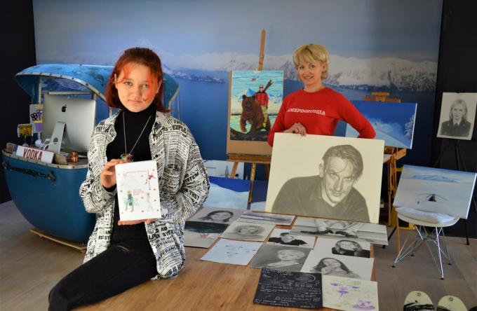 Yeva en Marina bij hun werken. Let op het portret van acteur Peter Van Den Begin en Marina's man op een beer.© WK