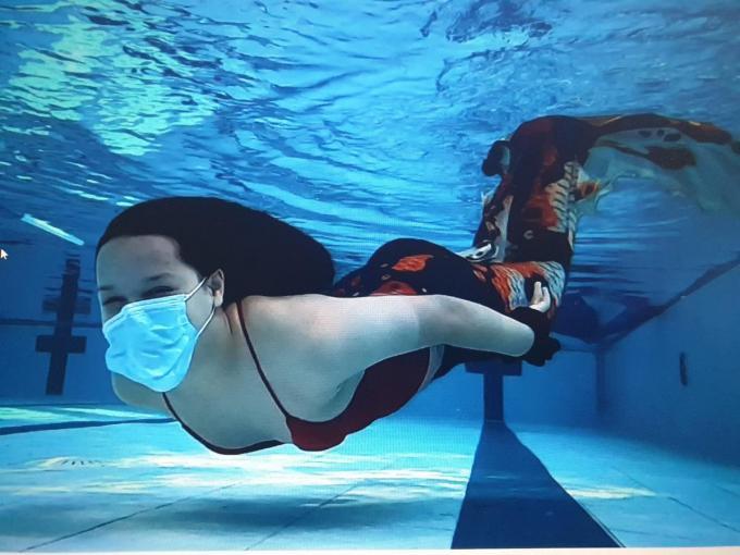 Yeva heeft nog een passie: meerminzwemmen, met monovin.© gf
