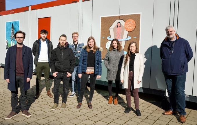 Van links naar rechts: Alexis Lambrecht - Noah Decoster - Arne Vandermassen - Kasper Teerlinck - Laure Guillemyn - Dakota Kersten - Juna Schelpe - docent Tommy Vandendriessche (niet op de foto: Ellen Bauwens). (foto PDC)