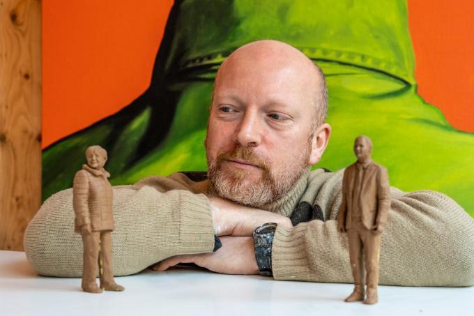 Bert Vanwynsberghe bij enkele van zijn geboetseerde figuranten.© Kurt De Schuytener