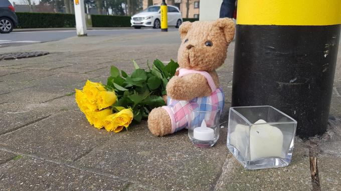 Op het kruispunt van de Canadalaan en de Astridlaan liggen nu een beertje, een boeket bloemen en twee kaarsen ter nagedachtenis van Aicha.© BB